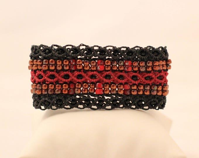 Manchette Le Marseillais XL : bracelet bohème rouge et noir en micro-macramé création exclusive MIA PROVENCE, hippie chic, boho chic