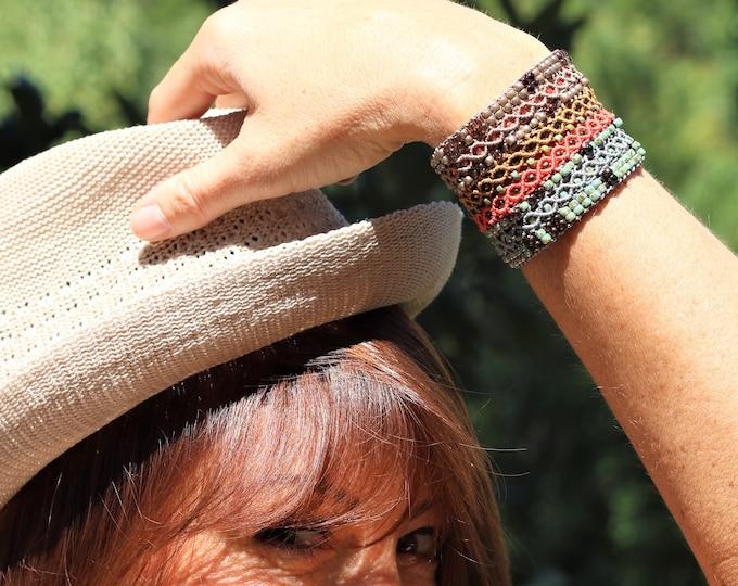 Manchette Le Cannois : bracelet pour femme en micro-macramé orange, ocre, camel et gris-vert création exclusive MIA PROVENCE, bijou bohème