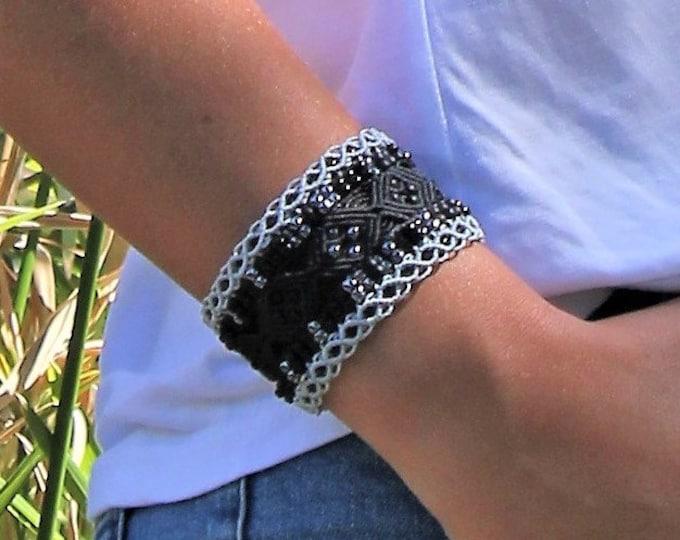Manchette Le Nîmois XL : bracelet ethnique marron choco et paille en micro-macramé, création exclusive MIA PROVENCE, hippie chic, cool chic