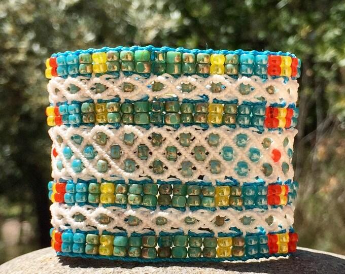 Manchette Le Cannois XL : bracelet style bohème en micro-macramé blanc création MIA PROVENCE, hippie chic, boho chic, bijou de créateur