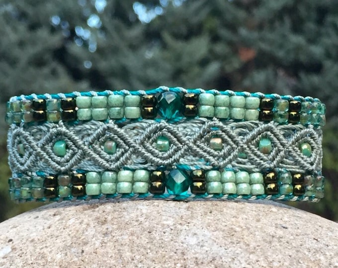 Bracelet L'Aubagnais : bijou bohème pour femme vert céladon en micro-macramé, création exclusive MIA PROVENCE, cool chic, hippie chic