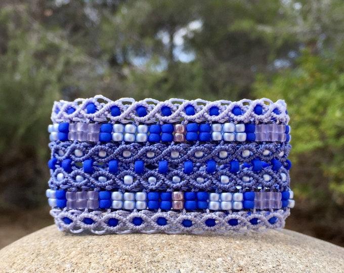 Manchette Le tropézien XL : bracelet manchette bohème bleu lavande pour femme en micro-macramé création exclusive MIA PROVENCE, hippie chic