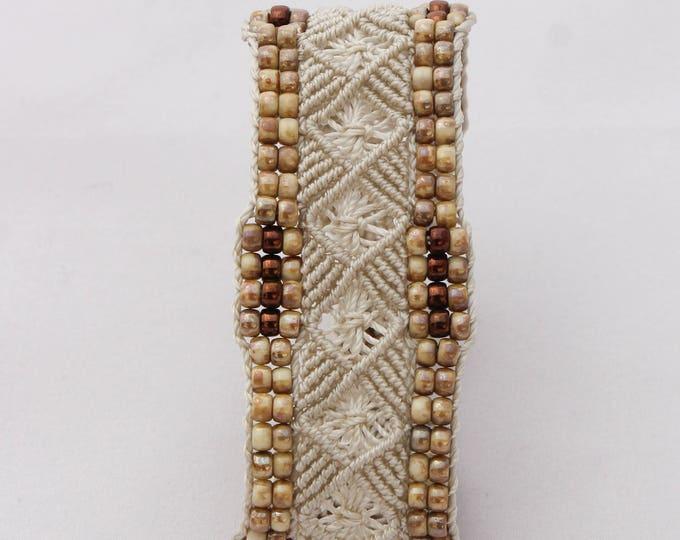 Bracelet Le Toulonnais : bijou bohème pour femme modèle exclusif MIA PROVENCE en micro-macramé et perles de rocaille, hippie style, boho