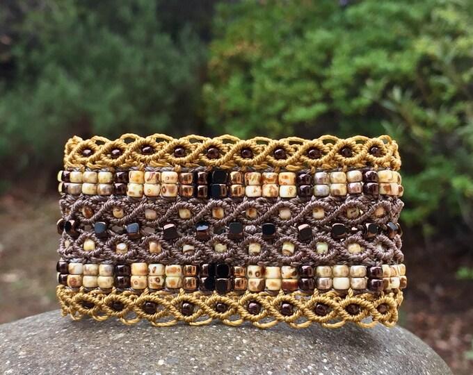 Manchette Le tropézien XL : bracelet manchette bohème brun et jaune pour femme en micro-macramé création exclusive MIA PROVENCE, hippie chic