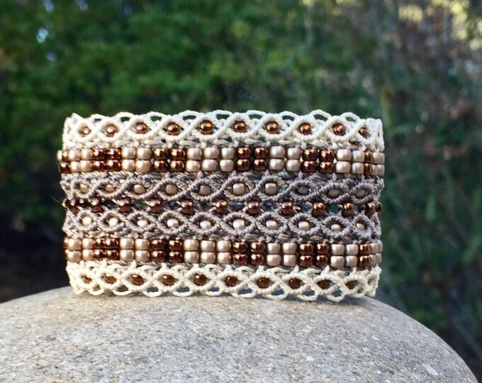 Manchette Le tropézien XL : bracelet bohème beige et écru pour femme en micro-macramé création exclusive MIA PROVENCE, hippie chic, boho