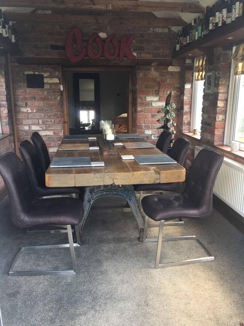 Rústica mesa de comedor Industrial en un Henry Bamford + Base de hierro  fundido de hijos