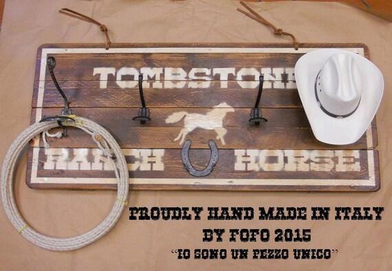 Tabella insegna legno country western con porta cappelli for Porta cappelli