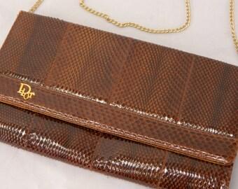 97d522d5d8 Vintage années 50/60 pochette Christian Dior... Sac sac à main/bandoulière  de peau serpent verni marron... Chaîne en métal doré, doublure en daim