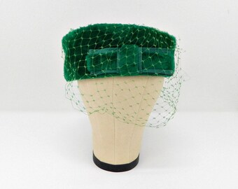 Vintage Green Pillbox Hat ... Kelly Green Faux Fur Hat and Bow ... Green  Veil ... 1940s 50s ... Size Large ... French Room dcca2435c97