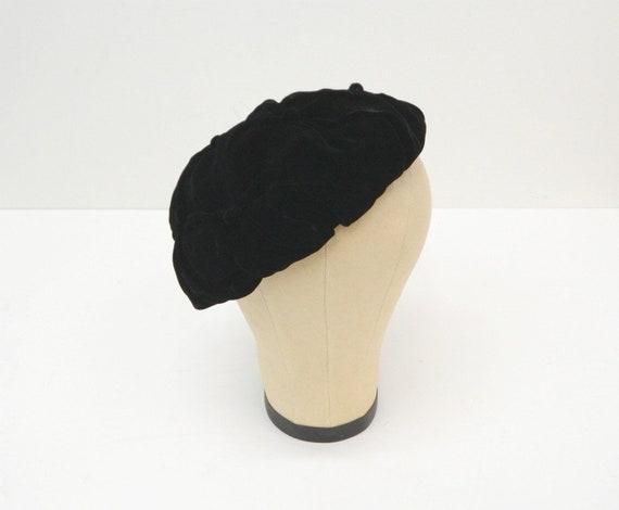 27cb0aff252 Vintage Black Velvet Beret ... 1950s 60s ... Tufted with Black