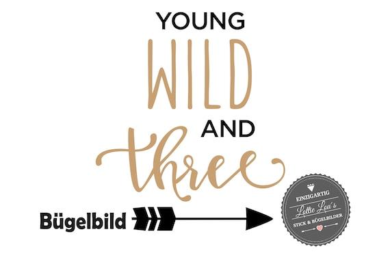 Personalisiertes Bügelbild DIY Geburtstag Birthday Wild and Three  Pfeil Iron On Aufbügler Glitzer Flock Effekt Flex Geburtstags Shirt