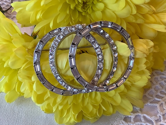 Silvertone Circles Pendant Business NWT Versona Fashion Necklace Office New with Tags Work Fashion Jewelry for Church