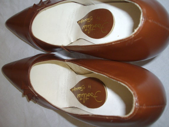 Mid tan 1950s leather court shoes - image 6