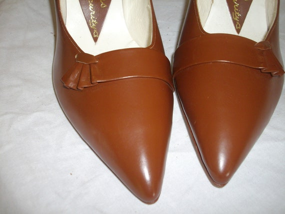 Mid tan 1950s leather court shoes - image 4