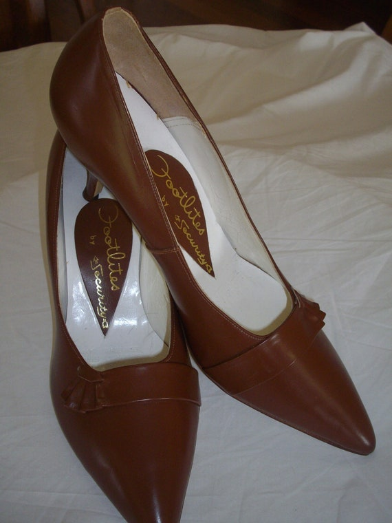 Mid tan 1950s leather court shoes