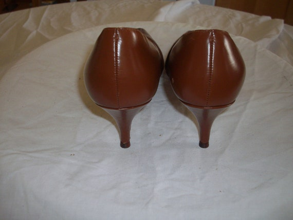 Mid tan 1950s leather court shoes - image 3