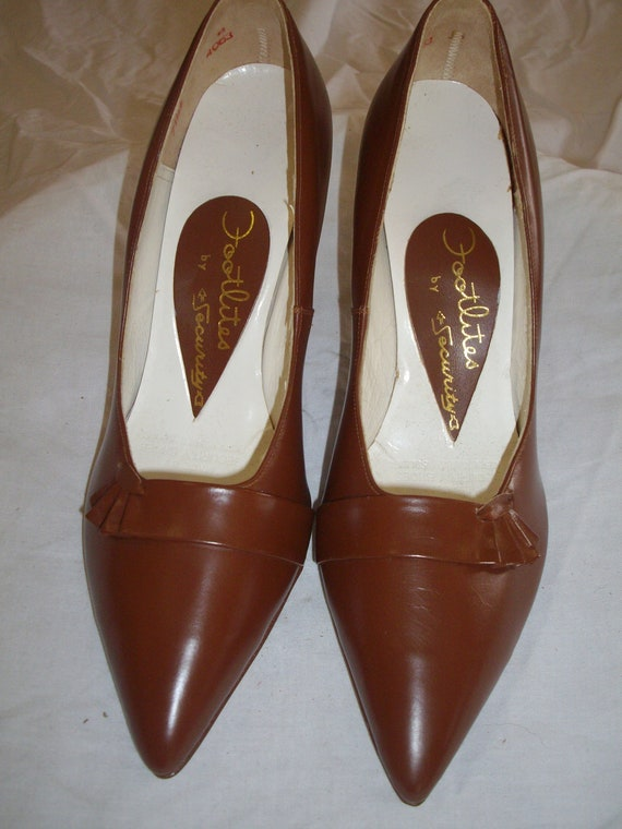 Mid tan 1950s leather court shoes - image 2
