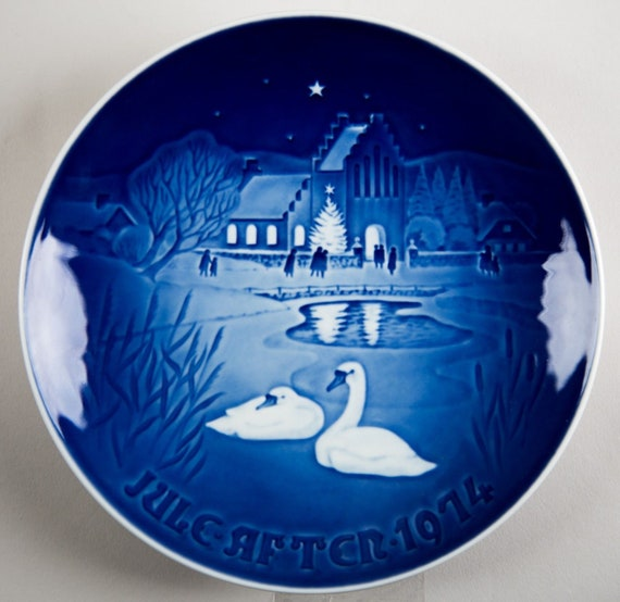 Bing /& Grondahl 1974 CHRISTMAS IN THE VILLAGE Swans   Annual Plate