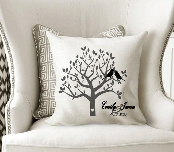 Cadeau de la famille oreiller - cadeau de cadeau - cadeau de mariage rustique - Couples de jeunes mariés - arbre généalogique oreiller - Accent nom oreiller - Engagement personnalisé
