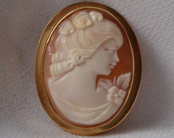 Beautiful and excellent-quality vintage Shell Cameo with 18K yellow gold frame