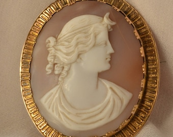 Stunning, exquisitely made vintage 9K yellow gold Cameo depicting the head of a goddess in lovely lavender-hued shell