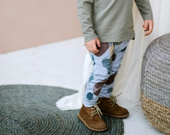 Colored organic cotton boy pants with pockets with colour dots pattern