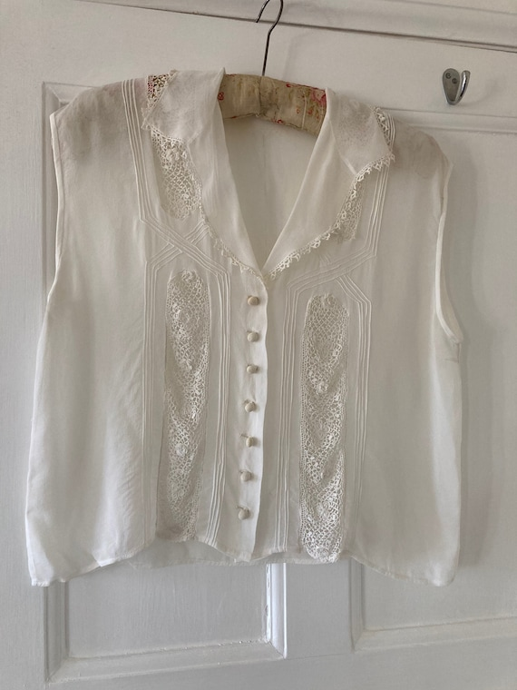 Early 1950s lace detail white sleeveless blouse