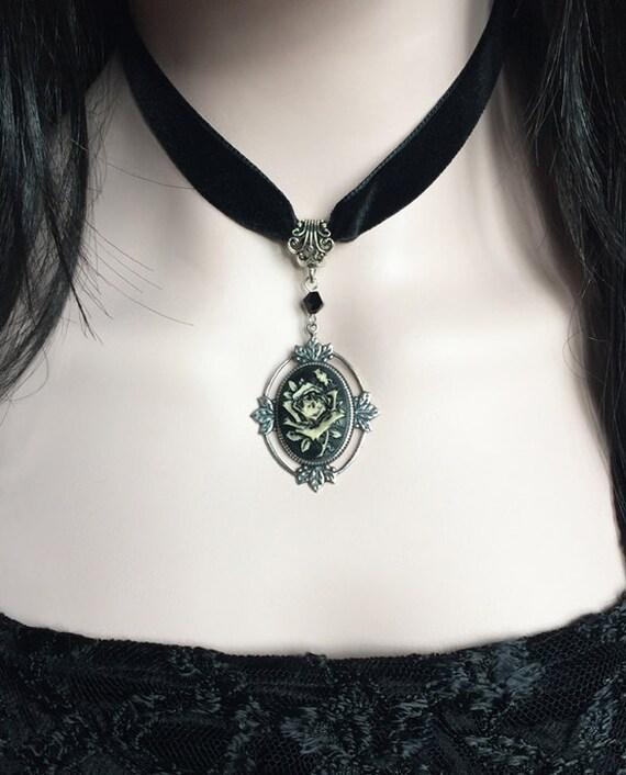 76825806b7c36 Velours noir camée Rose RAS de cou Collier bijoux victorien   Etsy