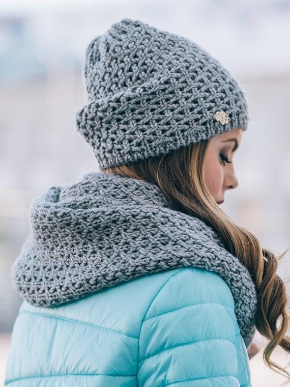 a40946cebef1 Ensemble bonnet et écharpe tricoté pour femmes gris laine   Etsy