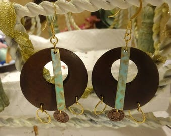 Wooden circles and verdigris earrings/Wooden hoops coin earrings/wood hoop earrings/Aretes de madera