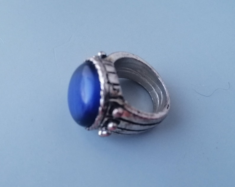 Interesting Vintage Ring with Blue Stone Changing Color Chameleon