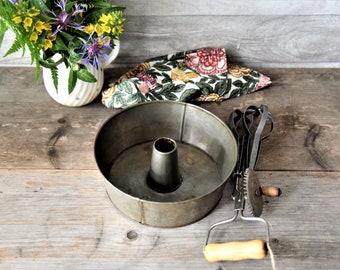 rare! Weathered wreath tin, Guglhupf cake tin, Bundt cake mould, antique baking pan, shabby country kitchen, food blog prop
