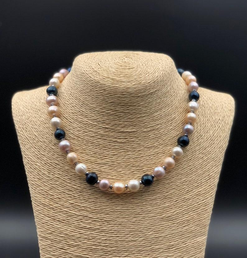98724556640a Collar clásico elegante de perlas multicolor Collar de perlas
