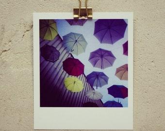Postkarte Umbrella Hive, kleiner Kunstdruck in Polaroidoptik, mit bunten Regenschirmen