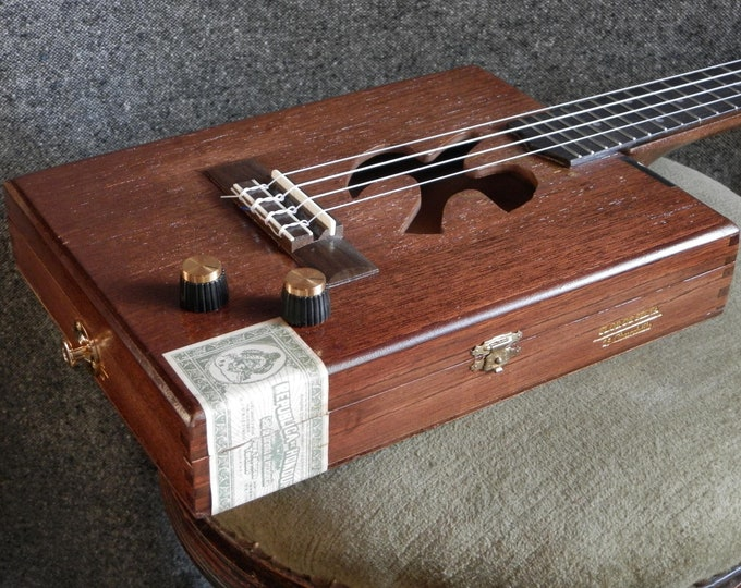 Cigar-box Ukulele, Minerve Dove.