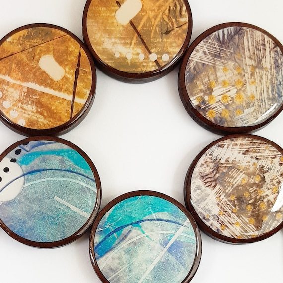 Graphic round earrings and wood