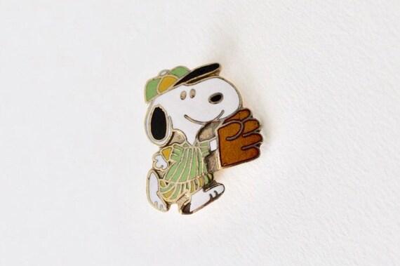 Vintage Peanuts Snoopy baseball catcher pin. Snoop