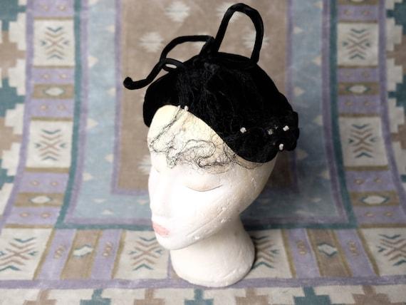 Vintage 1940s 1950s black velvet veiled hat wit bo