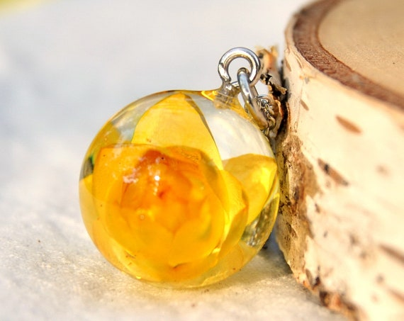 Australian Flower Resin Sphere Necklace - Yellow Everlasting Daisy - 18 mm