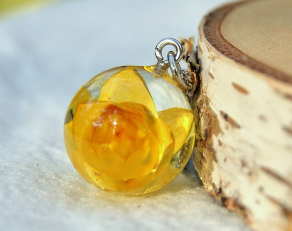 Australian Flower Resin Sphere Necklace - Yellow Everlasting Daisy - 18 mm