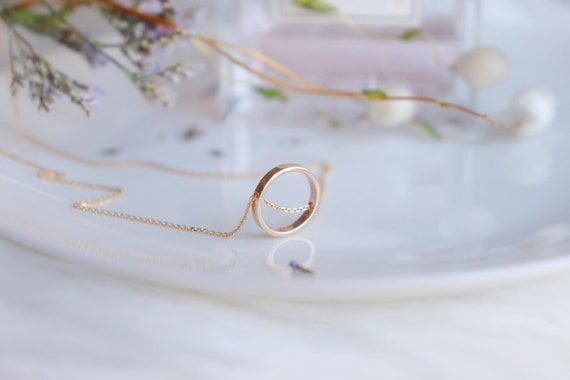 Solid Gold minimal Circle necklace