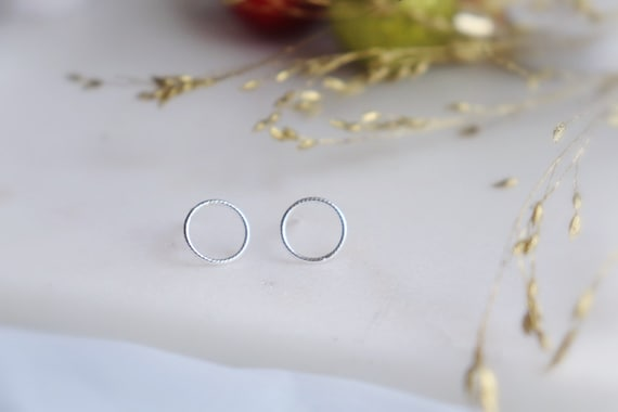 Minimal twisted tiny circle studs