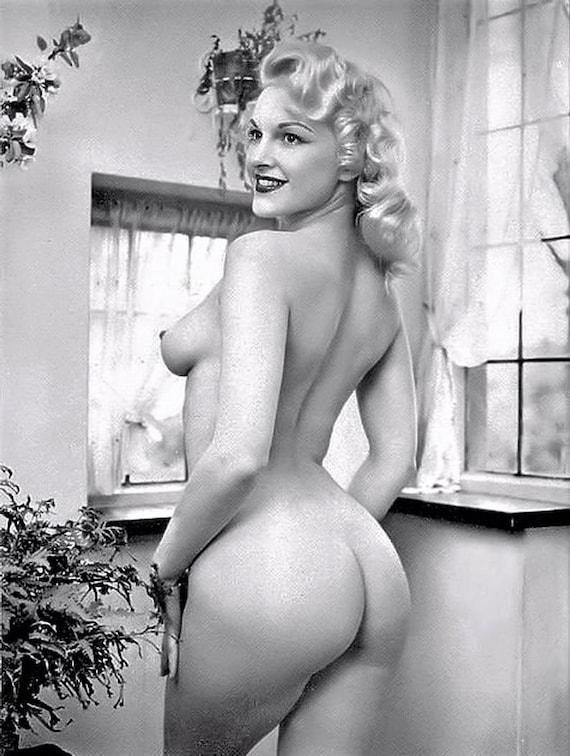 Curvy nude pinup vintage