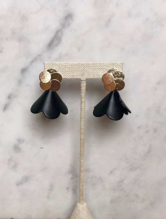 Leather Flower Earbobs (black)