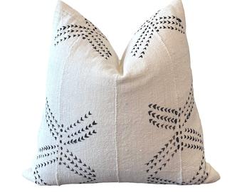 BALLA    Vintage Mudcloth Pillow Cover   White and Black Cloth   Origin: Mali