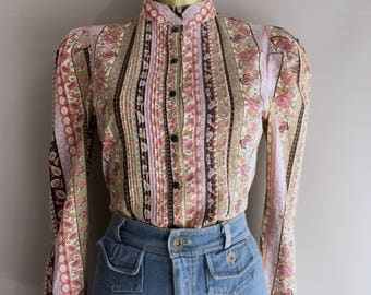 Vintage ditsy floral print blouse with madarin collar and pleated shoulder detail size 10uk
