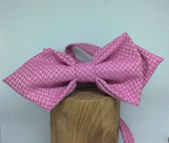Voluminous, pointed bow tie made of pink wool-silk mix.