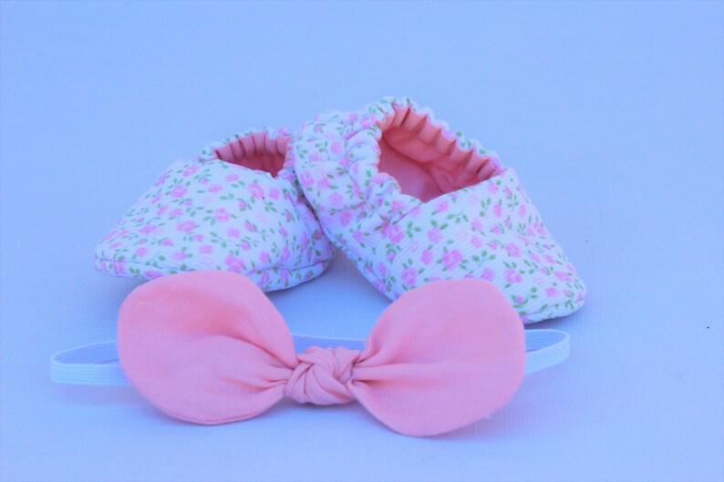 5d7e66e24de Zapatitos bebé niña zapatillas blanca y rosa de tela para