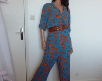 Blue long jumpsuit with 90s short-sleeved floral pattern