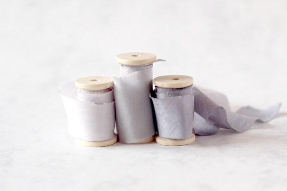 Ruban soie de soie Ruban teintée à la main, ruban soie argent foncé, ruban de soie gris, gris à la main teint ruban de soie, accessoire de photographie, ruban de soie gris, colorant végétal 84dced